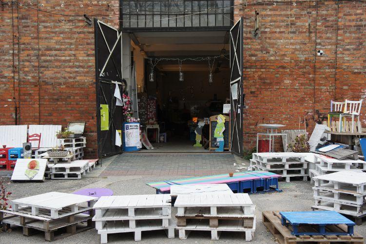 Warenverkauf in einer ehemaligen Wodkafabrik in Warschau
