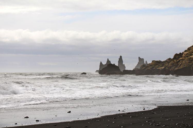 Felsnadeln Reynisdrangur vom schwarzen Strand in Vík